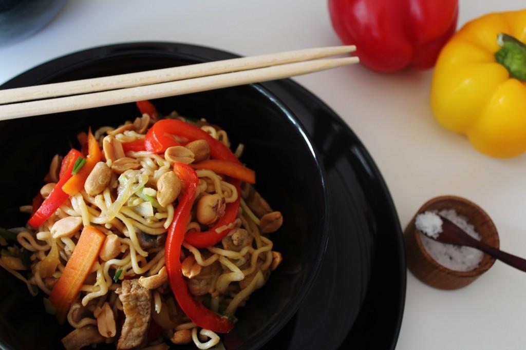 Stegte Nudler Med Grøntsager, Peanuts og Svinekød