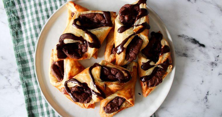 Små Butterdejskager Med Chokolade Cheesecakefyld Og Marcipan
