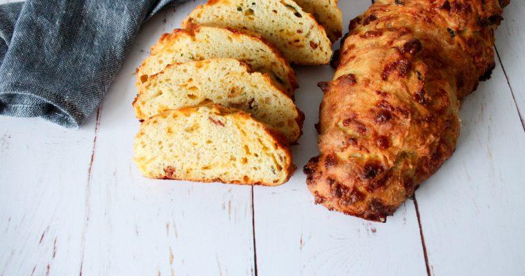 Nemt Brød Som Ikke Kræver Æltning Med Jalapeños, Cheddar Og Bacon