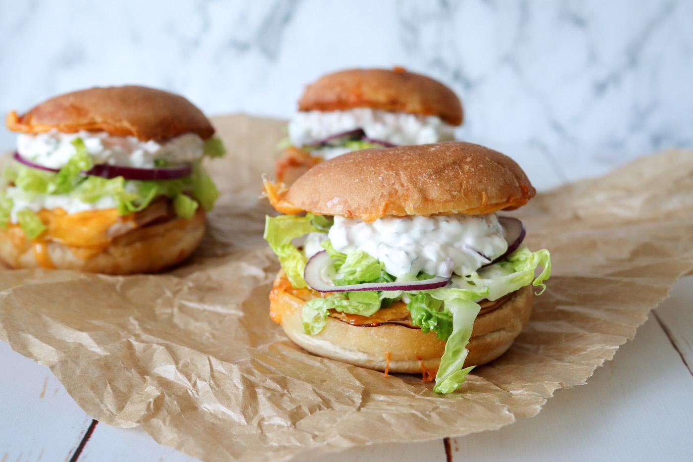 Varme Sandwiches Med Cheddar, Kylling Og Hjemmelavet Dressing