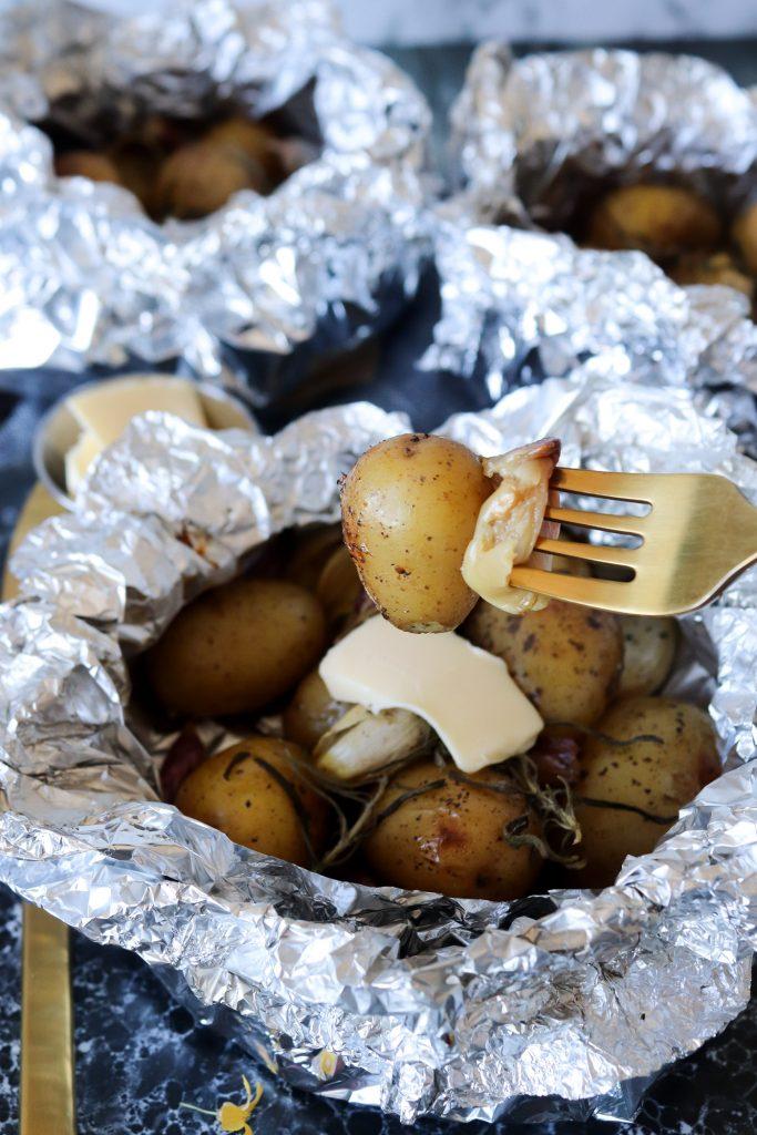 Nye Kartofler Og Hvidløg I Staniol