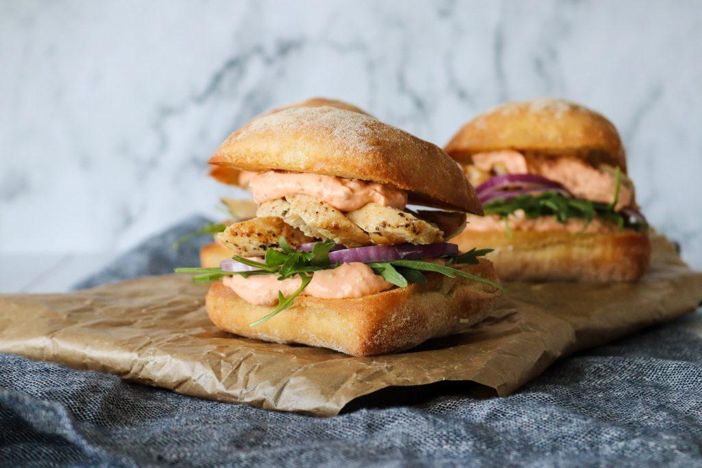 Lækker sandwich med kylling og fetacreme