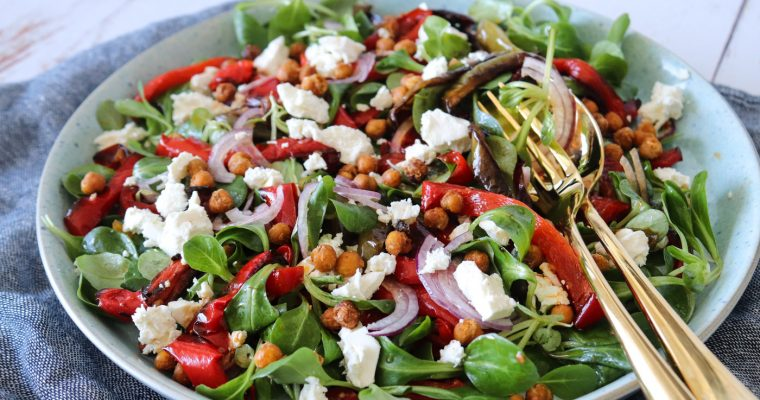 Sprød Salat Med Ovnbagte Peberfrugter, Feta Og Ristede Kikærter