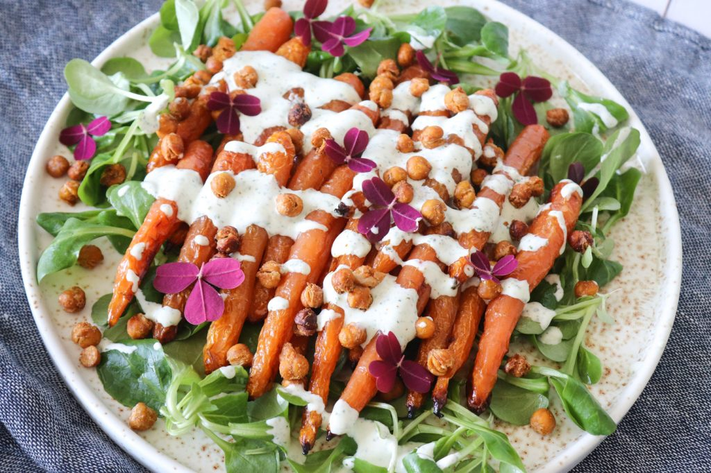 Lækker Salat Med Ovnbagte Gulerødder, Ristede Kikærter Og Persilledressing