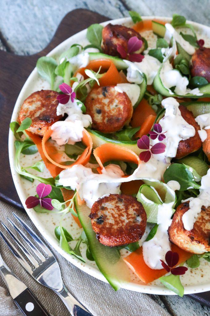 Frisk Og Lækker Salat Med Små Fiskefrikadeller Og Hjemmelavet Dressing