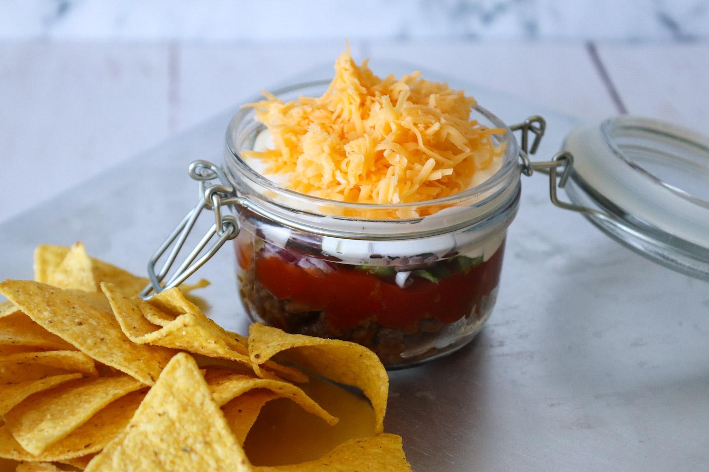 Taco Dip – En Dip Med Krydret Oksekød, Salat, Ost og Creme Fraiche