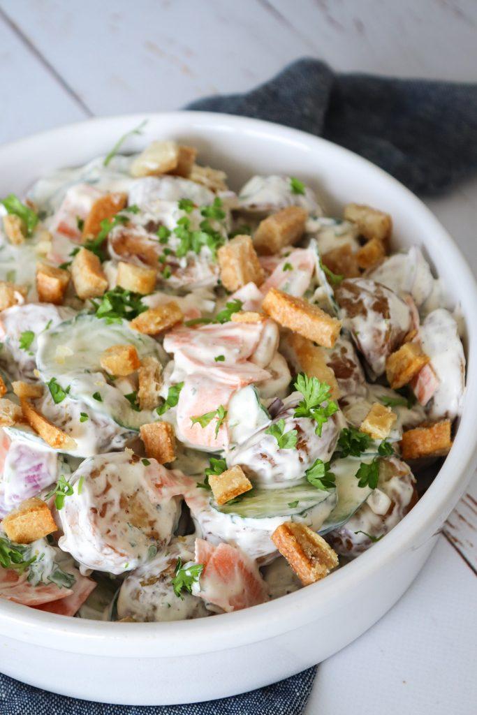 Flæskestegssandwich Inspireret Kartoffelsalat - Kartoffelsalat Med Syltede Agurker Og Hjemmelavet Flæskesvær