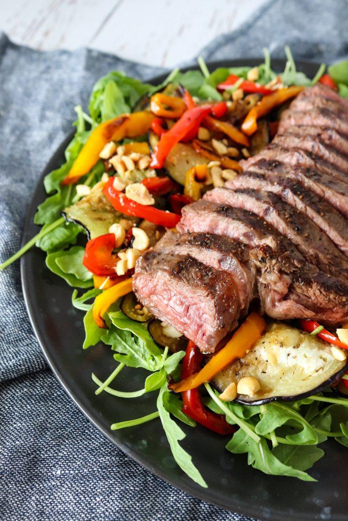 Salat Med Nyretapper, Stegt Aubergine, Ovnbagte Peberfrugter Og Peanuts
