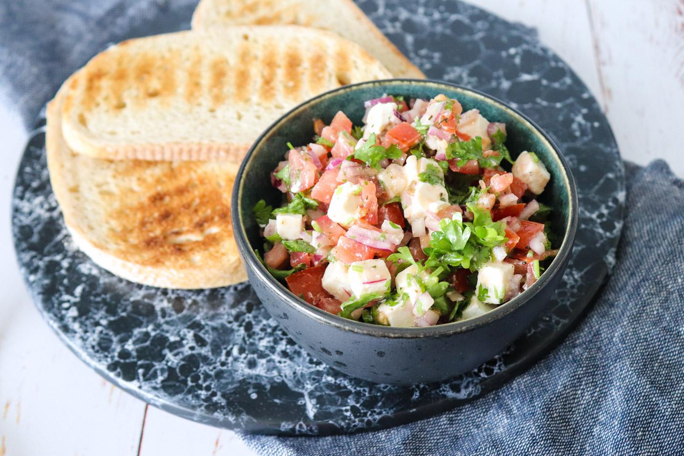 Tomatsalat Med Feta – Super Tilbehør Til Grillmaden Eller Ovenpå Brød