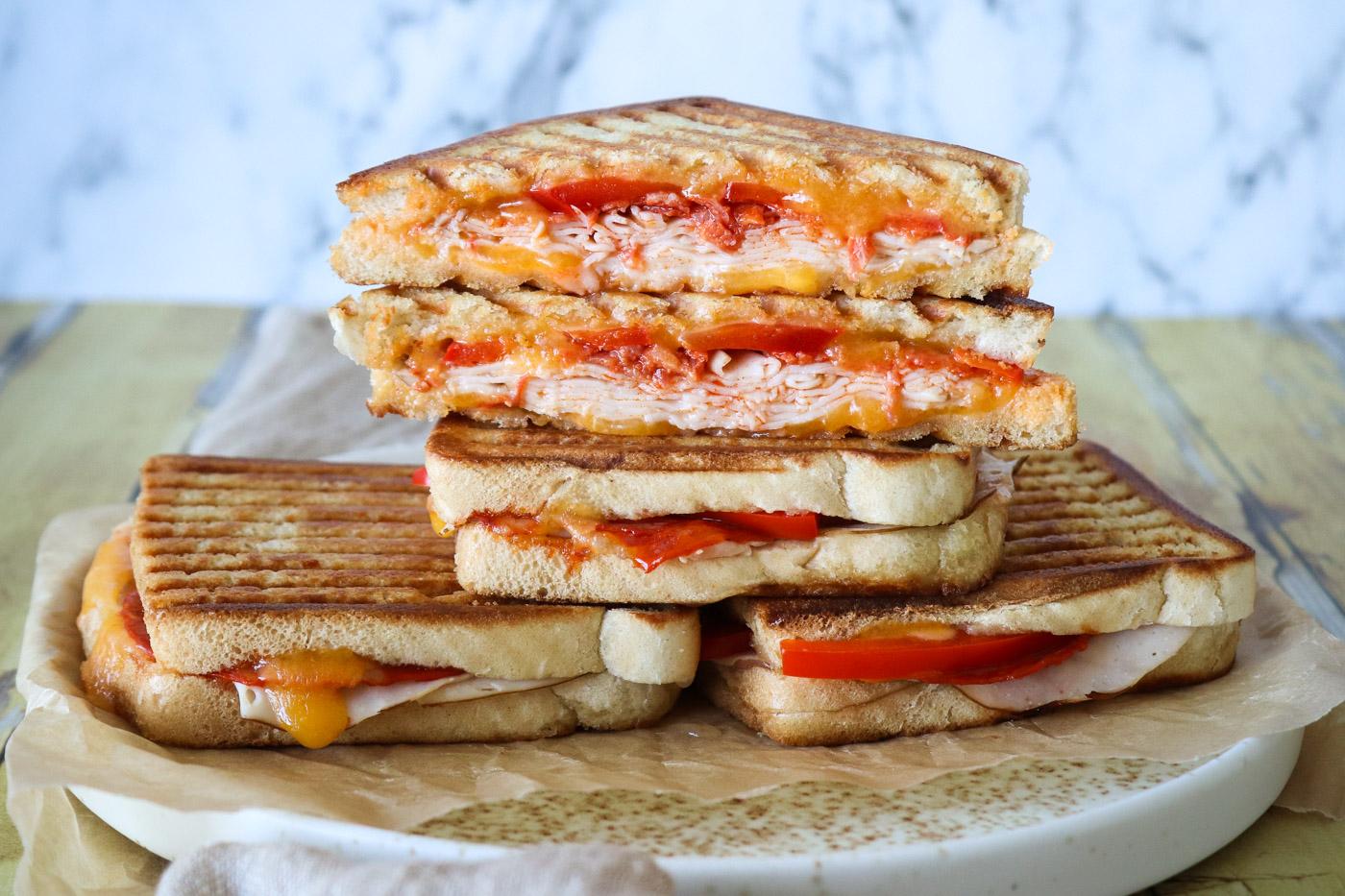 Toast Med Chilimayo, Kylling, Chorizo, Cheddar Og Peberfrugt