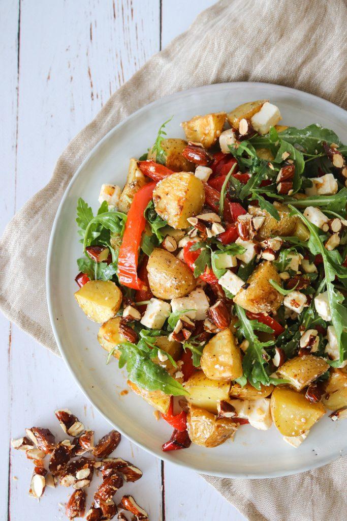Kartoffelsalat Med Bagte Peberfrugter, Feta, Rucola Og Mandler Med Karry