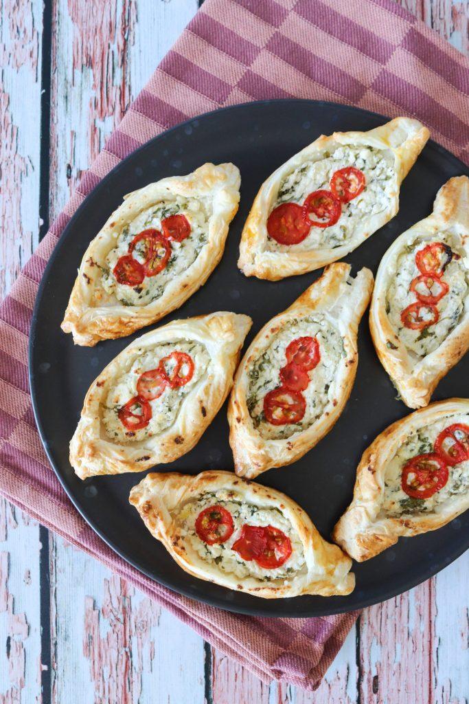 Butterdejshapsere Med Feta Og Tomat