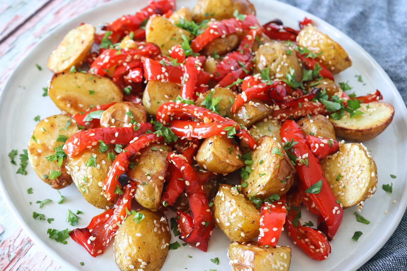 Bagte Nye Kartofler Med Bagt Peberfrugt, Sesam Og Persille