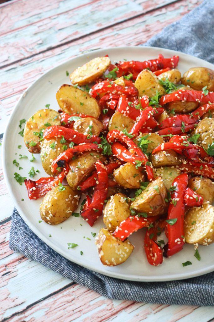 Bagte Kartofler Med Peberfrugt Og Sesam