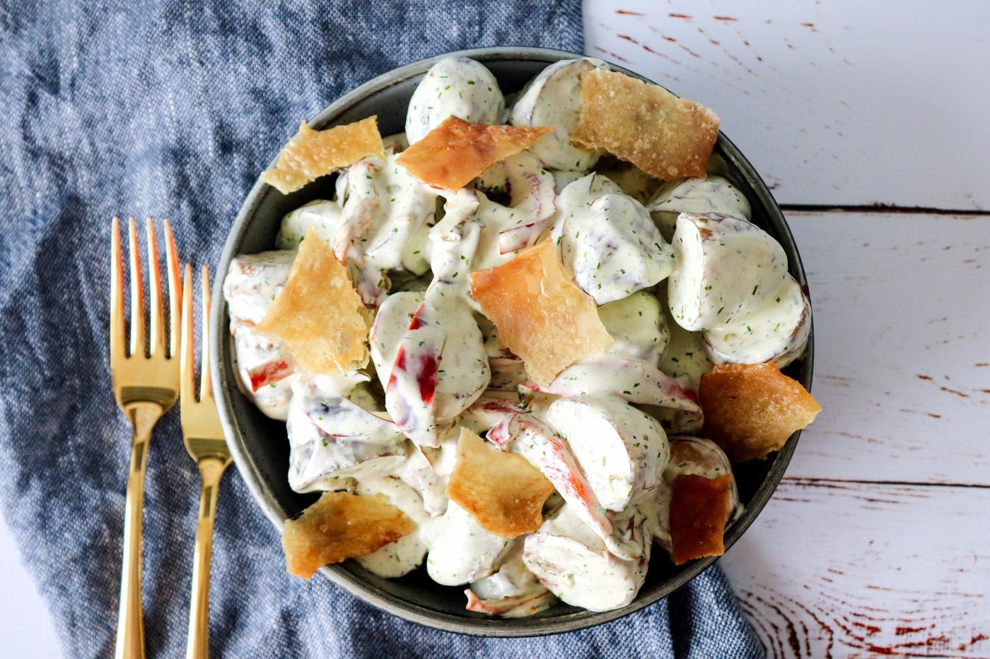 Kartoffelsalat Med Purløgsdressing, Peberfrugter Og Sprødt Kyllingeskind