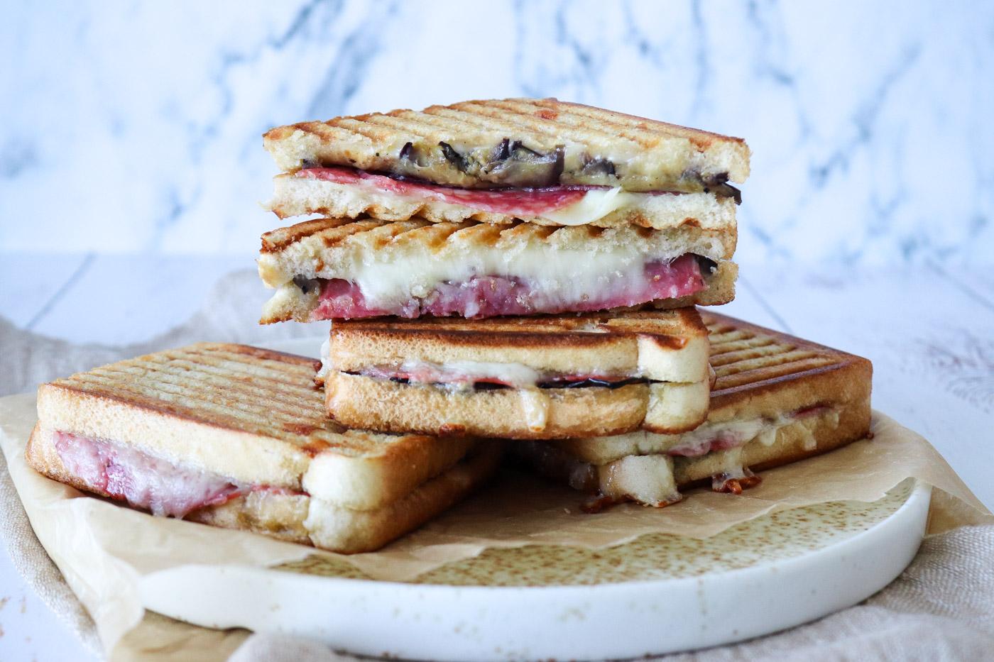 Toast Med Stegt Aubergine, Italiensk Salami Og Ost