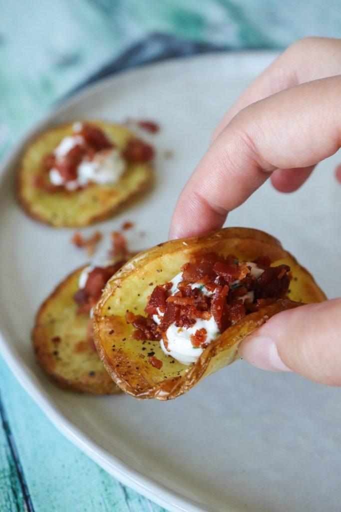 Bagte Kartoffelskiver Med Fetacreme Og Bacon - En Lækker Snack