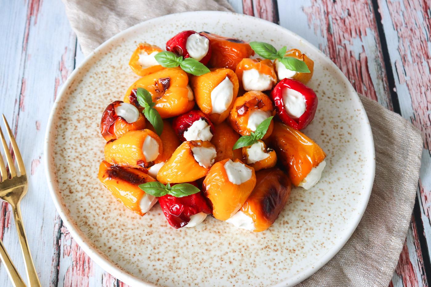 Små Fyldte Snackpeberfrugter Til Tapas – Fyldt Med Lækker Fetacreme