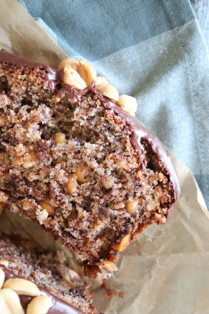 Lækker Svampet Banankage Med Mørk Chokolade Og Peanuts