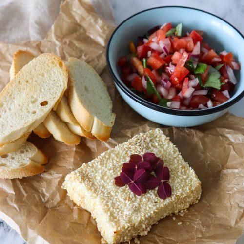 Bagt Feta Med Sesam Og Honning Serveret Med Frisk Salsa