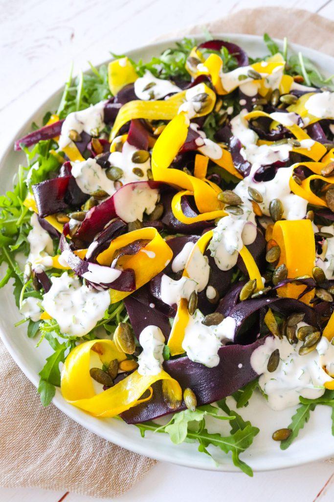 Lækker Sprød Salat Med Rodfrugter, Græskarkerner og Dressing