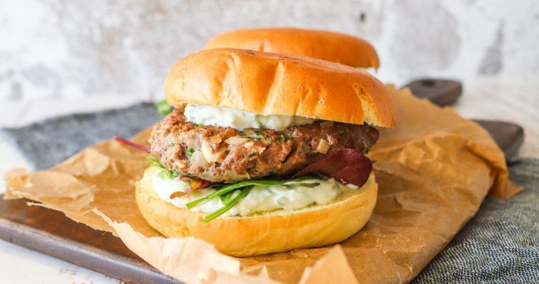 Græsk Inspireret Burger Med Oksekød Og Tzatziki