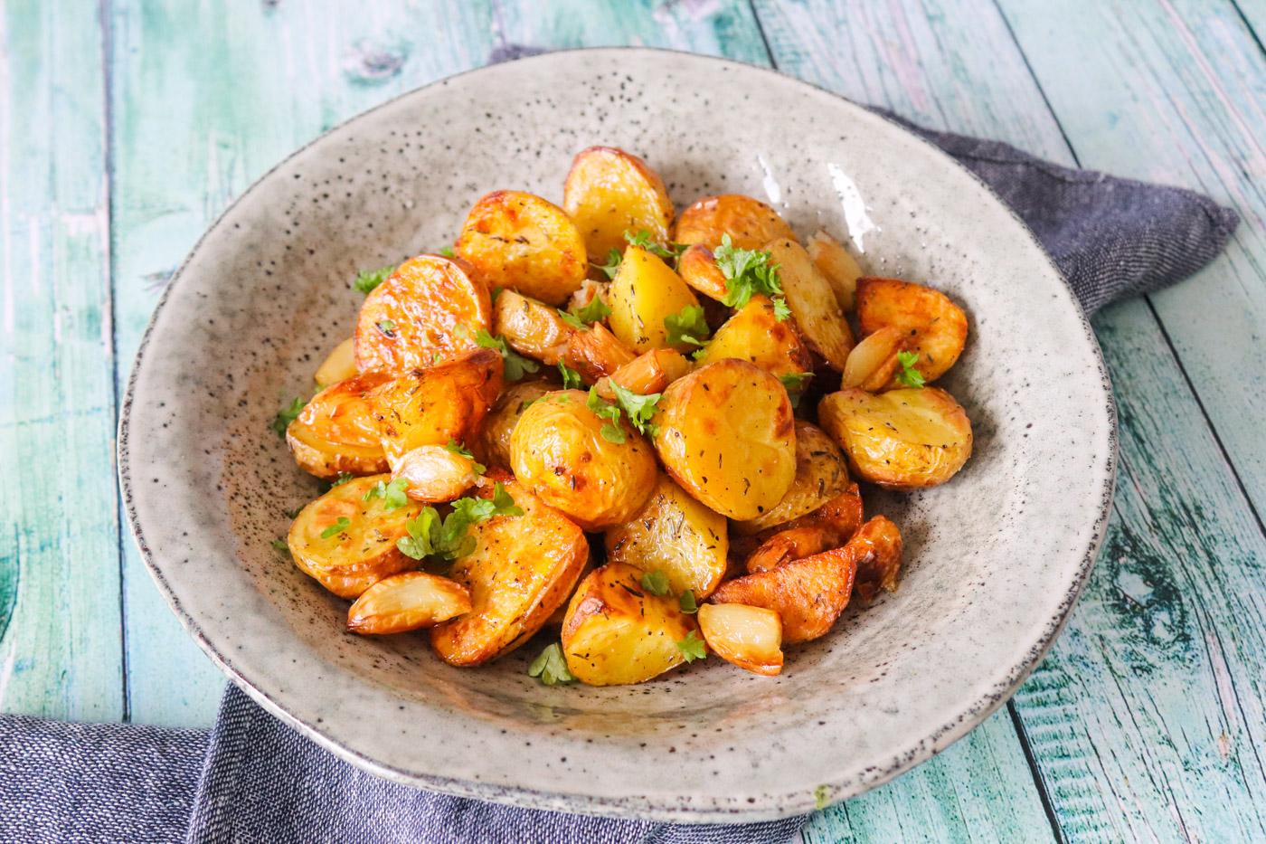 Ovnbagte Kartofler Med Brunet Smør Og Bagte Hvidløg