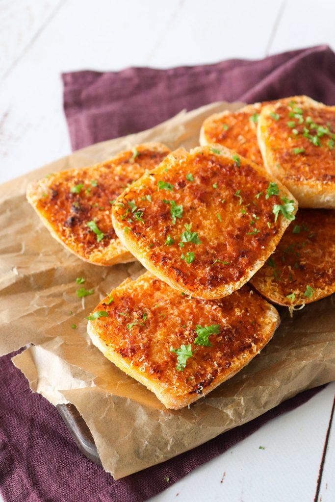 Hvidløgsbrød Med Kryddersmør Af Semitørrede Tomater