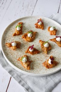 Sprøde Kyllingeskind Serveret Som Snack Med Creme Af Flødeost