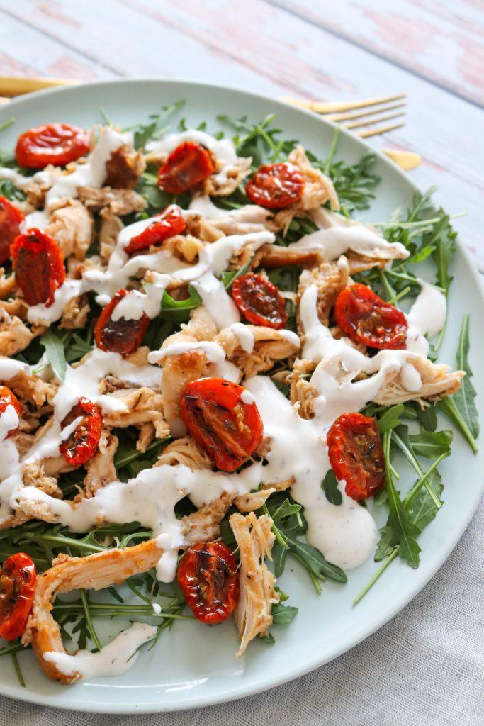 Skøn Salat Med Kylling, Semitørrede Tomater Og Fetacreme