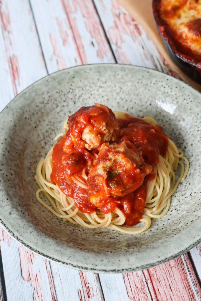 Kyllingekødboller Bagt I Tomatsauce Med Ost - God Til Pasta