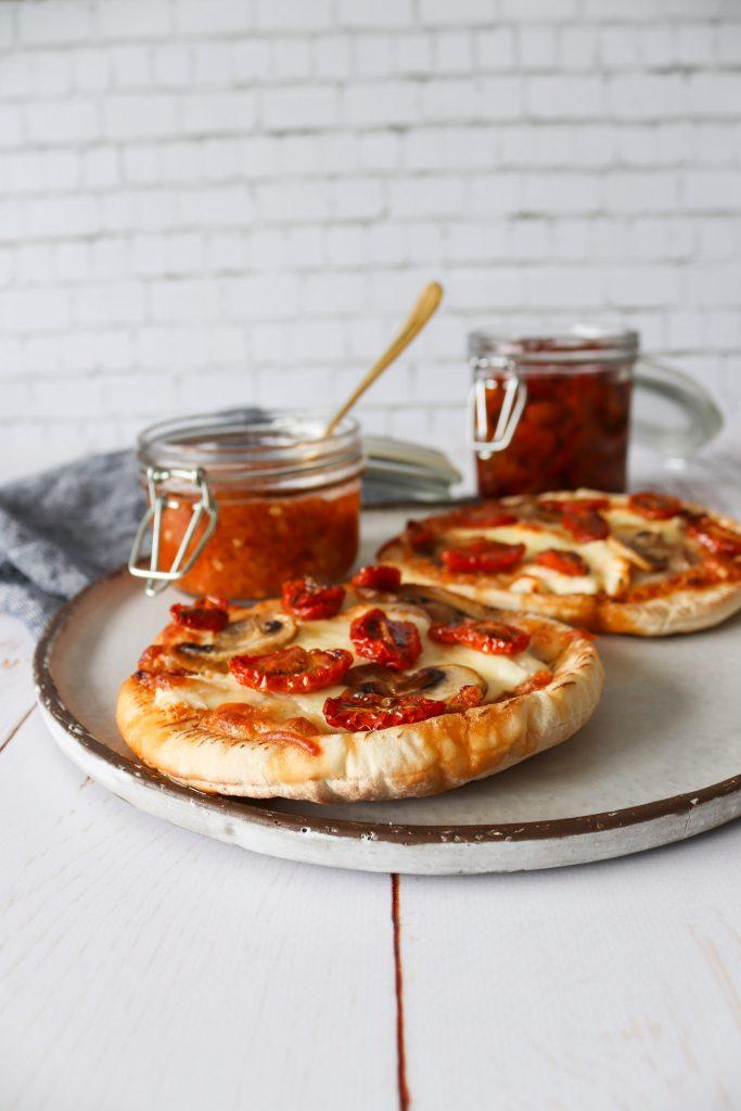 Mini Pizza - Pitabrød Pizza Med Tomatpesto, Ost Og Stegte Champignon