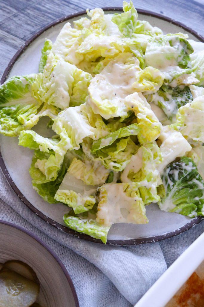 Romainesalat Med Parmesansauce - Serveret Med Helstegt Kylling