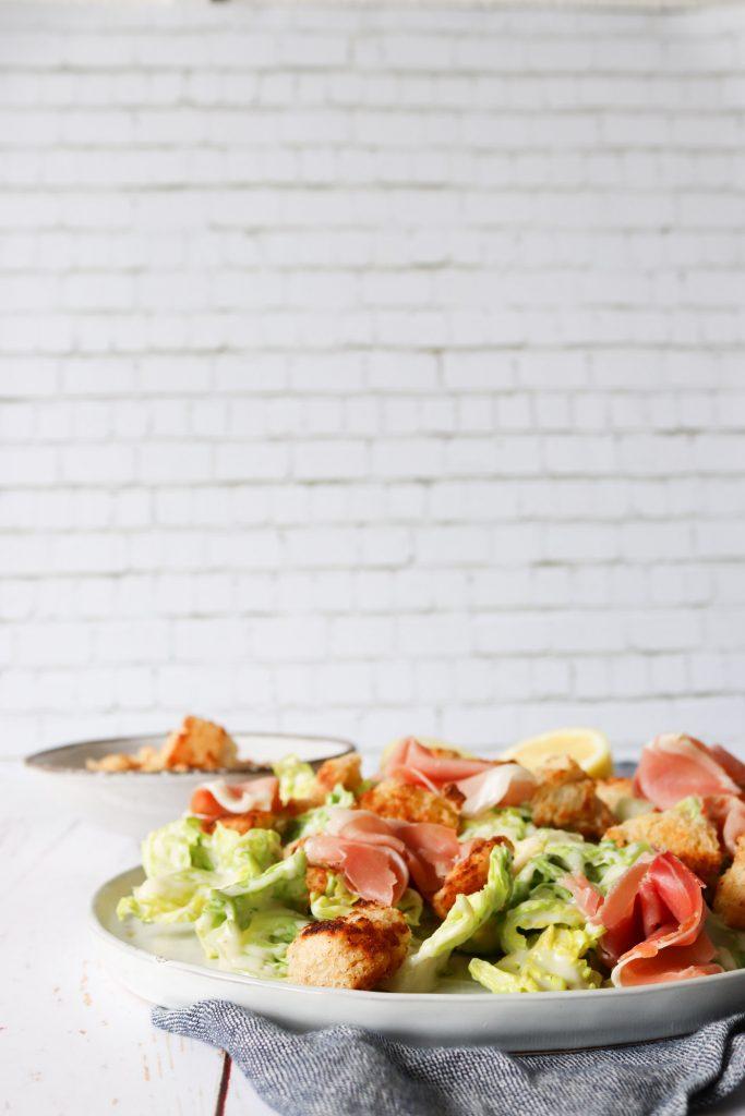 Salat Med Romaniesalat, Parmesansauce, Parmaskinke Og Brødcroutoner
