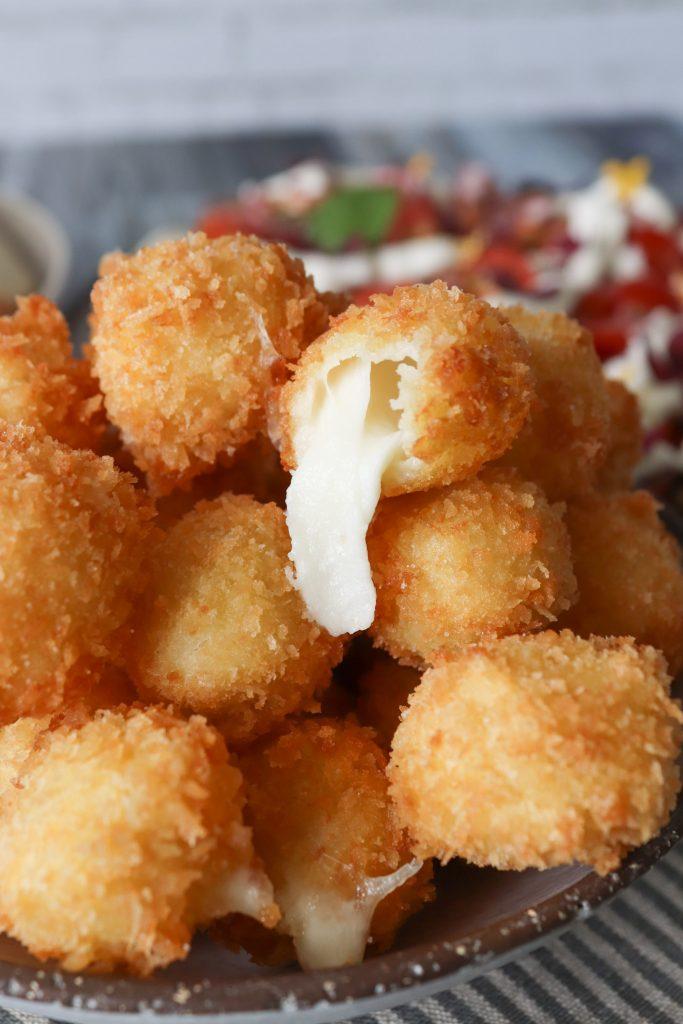 Friterede Mozzarellakugler - Sprøde Ostekugler