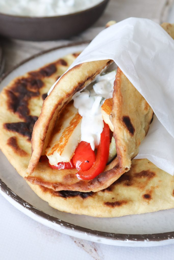 Naan Med Stegt Halloumi, Grøntsager Og Raita - Lækker Aftensmad
