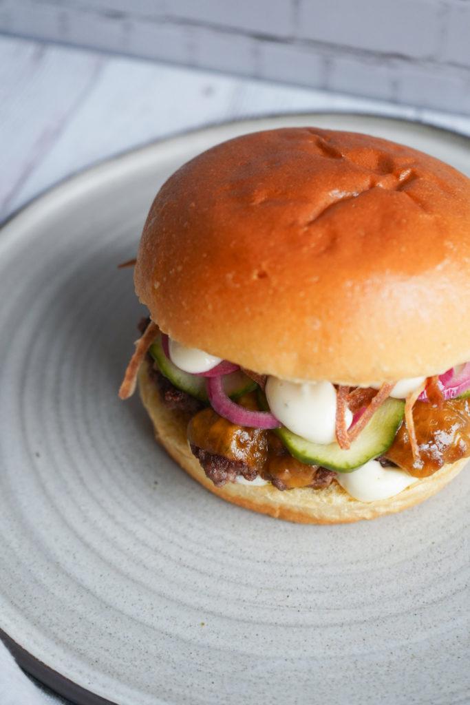 Burger Med Bearnaisemayo Og Hjemmelavede Ristede Løg