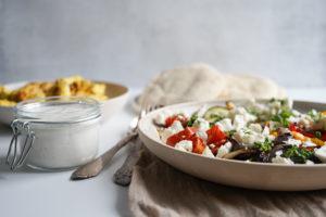 Pitabrød Med Ovnbagte Grøntsager Og Yoghurtmarineret Kylling