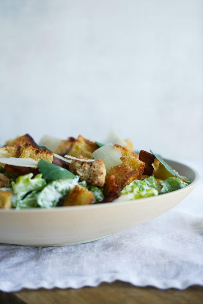 Salat Med Parmesandressing, Bacon Og Kylling