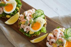 Rugbrødstærter Med Rejer, Æg Og Karrydressing