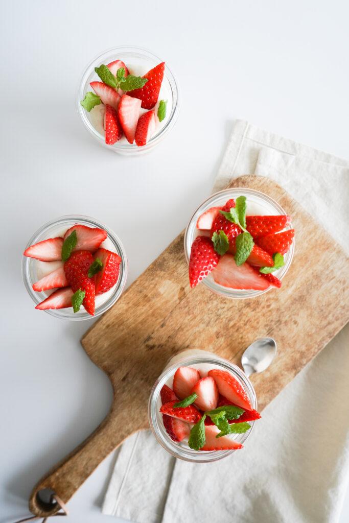 Vaniljecreme Med Bær Og Makroner